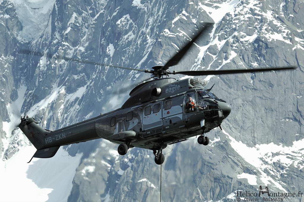 hélicoptère Super Puma AS332 C1 en levage à Chamonix