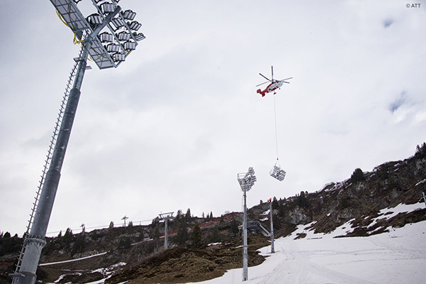 SAF Hélicoptère - Hélitreuillage héliportage mat d'éclairage en milieu difficile ou urbain, par hélicoptère