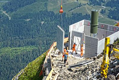 Héliportage - hélitreuillage - Montage d'un batiment relais radio en montagne Alpes du Nord