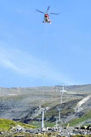 Hélicoptère montage remontée mécanique dans les Alpes - Héliportage de grande précision