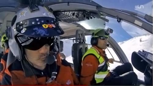 A la base aérienne d'Air-Glaciers, à Sion, des équipages spécialisés sont en veille 24h sur 24 pour porter secours aux accidentés de la montagne. En plein boum des vacances hivernales, une équipe de Temps Présent a filmé le bal des hélicoptères et le quotidien de ces professionnels. Blessures ordinaires sur les pistes, avalanches, tout peut s'enchaîner très vite. Même si l'essentiel des interventions finissent bien, la montagne peut être cruelle et imprévisible. Chaque mission comporte ses risques et celles qui tournent mal, laissent des traces profondes dans la mémoire des sauveteurs.