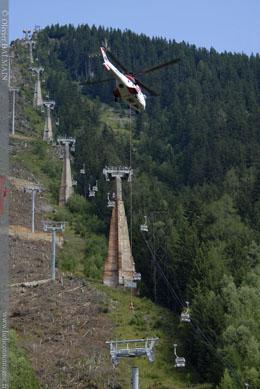 Héliportage avec hélicoptère Super Puma, en levage d'une tête de pylone Chamonix