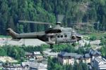 l' AS 332C1 pendant le levage aérien avec la ville de Chamonix en contre-bas