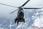 Le Super Puma AS332C1 Eagle prend de l'altitude pour monter la charge sur le pylone du dessus