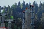Les monteurs de VLM et Eagle fixe les mats au pylone P7