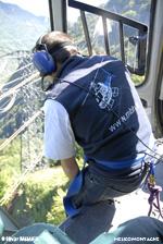Le mécanicien guide le pilote sur le final d'une DZ dans la forêt