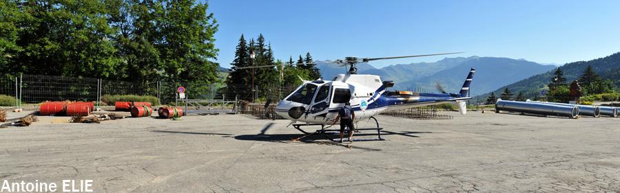 Ecureuil AS350 B3 F-GKMO posé sur la DZ de Valmorel pour l'accrochage de l'élingue