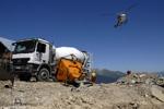 une présentaion du chantier hélicoptère et camion béton