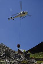 Massif de béton dans la pente, le pilote approche doucement sur le massif