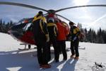 MBH Hélicoptères Avoriaz - Branquardage de la victime dans l'EC135 T2