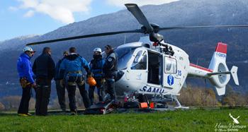 Les équipes de secouristes et pilote avant l'entrainement, briefing au sol