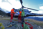 L'équipe d'assitant de vol devant l'AS350 B3 HB-ZES Eagle Helicopter Valais