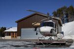 Ecureuil posé devant le hangar