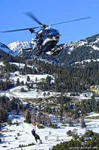 Hélicoptère EC145 secours en montagne pendant un treuillage